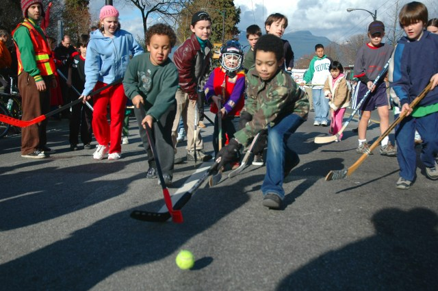 Children_playing_road_hockey_in_Vancouver